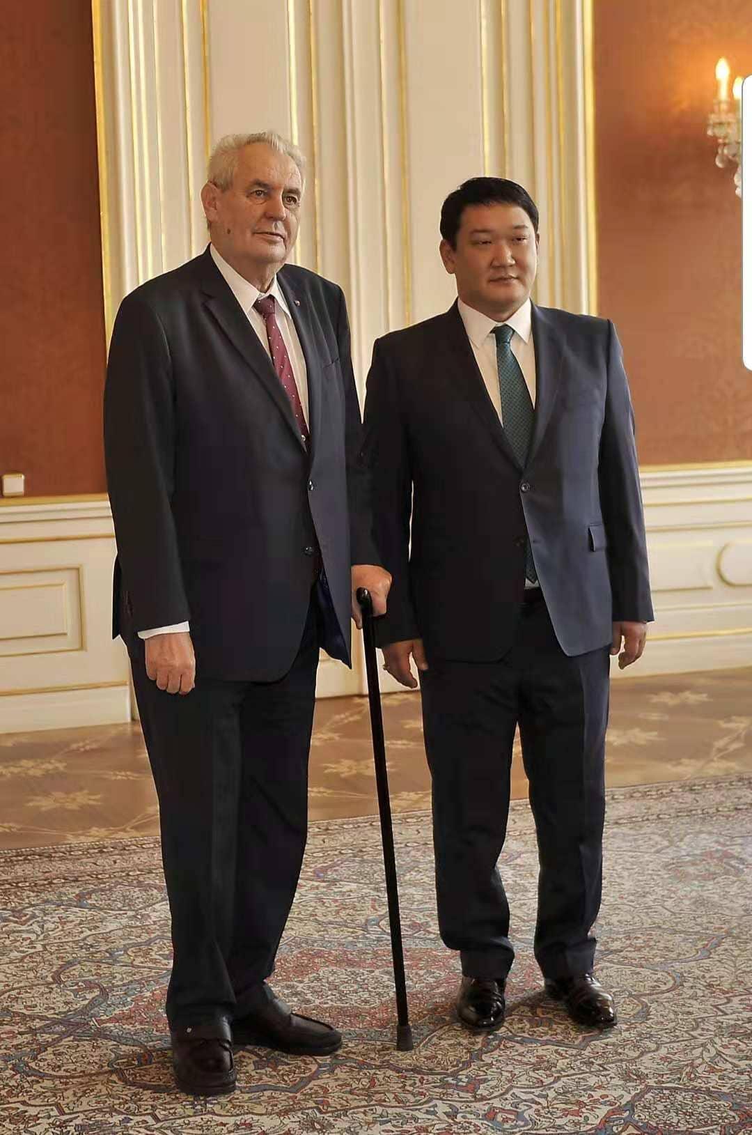 БНЧУ-ын Ерөнхийлөгч Милош Земанд Итгэмжлэх жуух бичгээ барьсны дараа