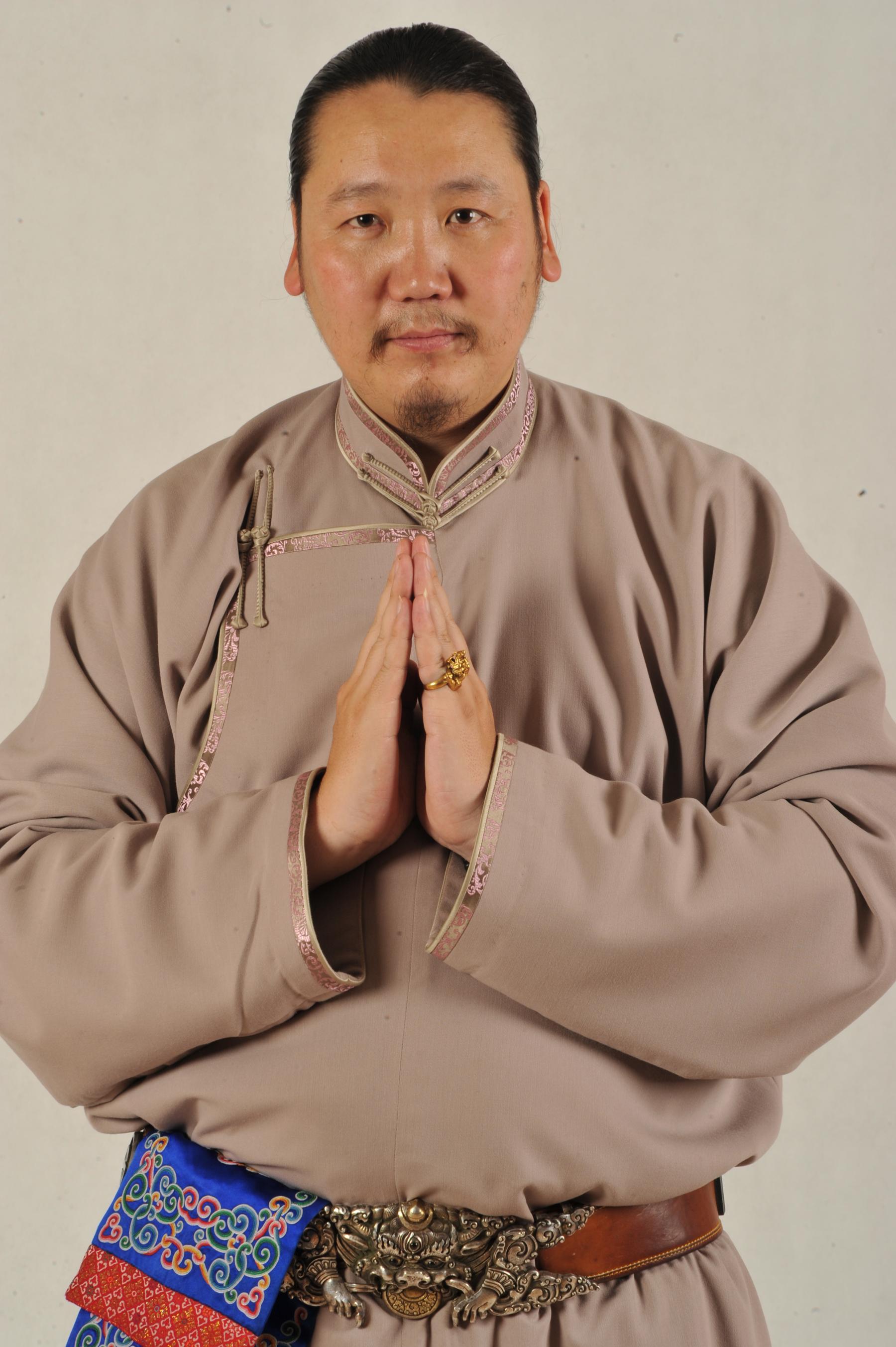Би багшийнхаа хажууд долоон жил суралцаж, монгол зургийн нарийн арга ухаан, техникийг мэргэжлийн талаас сурсан
