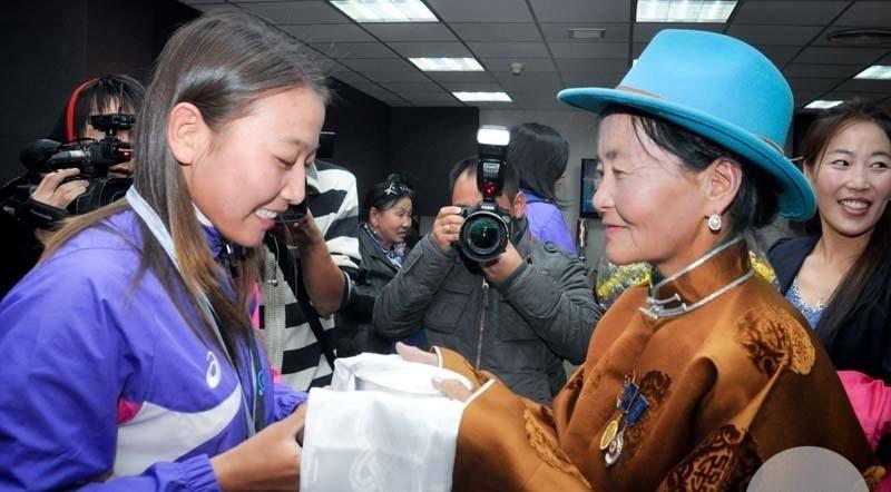 """""""Ташкент-2014"""" онд насанд хүрэгчдийн ДАШТ-ээс алтан медаль хүртсэн охиноо ээж нь угтаж авсан нь"""